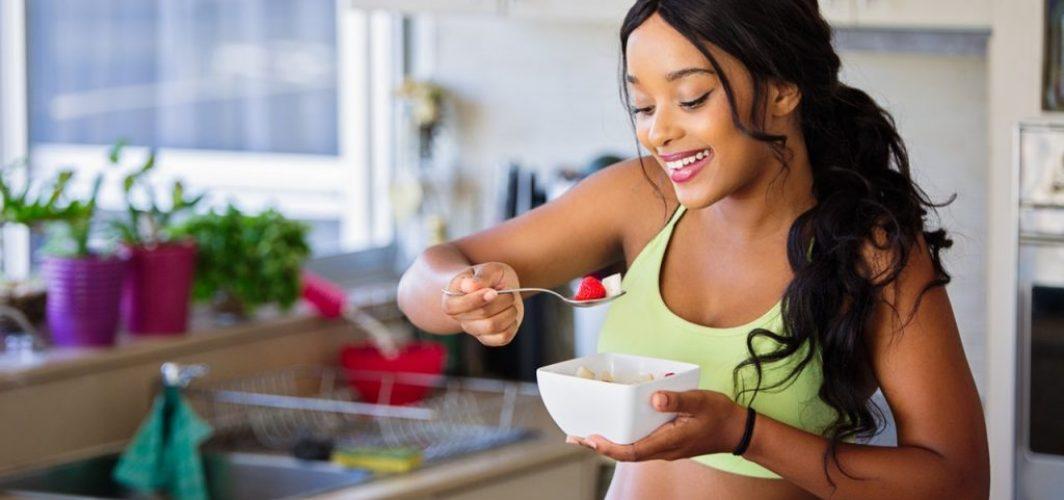 tränar och äter mat